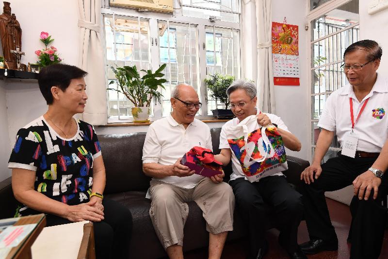 公務員事務局局長羅智光(左三)今日(七月二十四日)到東區進行「共慶回歸顯關懷」家訪活動,探訪一戶長者家庭,了解他們的日常生活,並送上禮物包,分享香港回歸二十周年的喜悅。