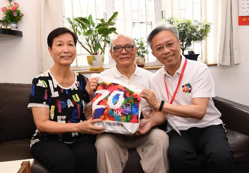 公務員事務局局長羅智光(右)今日(七月二十四日)到東區進行「共慶回歸顯關懷」家訪活動,探訪一戶長者家庭,了解他們的日常生活,並送上禮物包,分享香港回歸二十周年的喜悅。