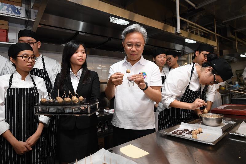 公務員事務局局長羅智光(左三)今日(七月二十四日)到訪香港專業教育學院(柴灣),並在其亞洲訓練餐廳及訓練廚房品嘗學員製作的甜品。