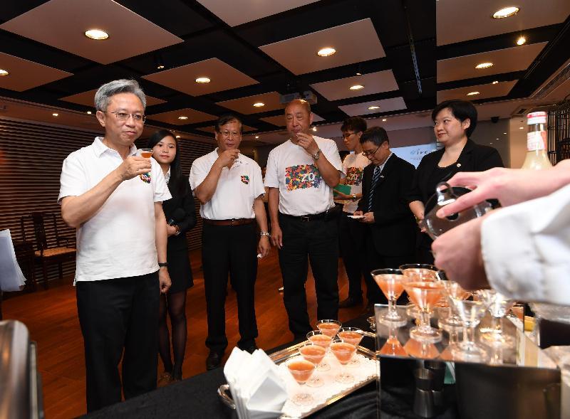 公務員事務局局長羅智光(左一)今日(七月二十四日)到訪香港專業教育學院(柴灣),並在其亞洲訓練餐廳及訓練廚房試飲學員製作的飲品。