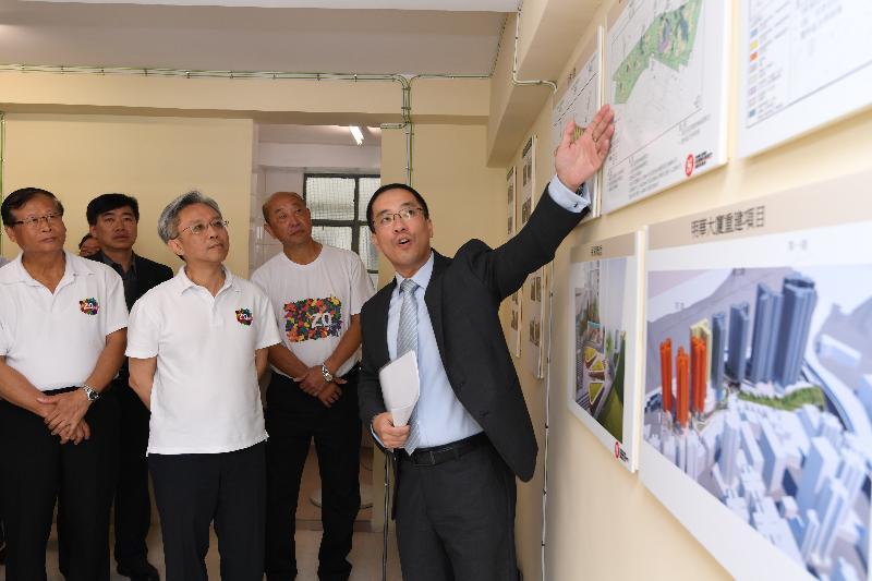 公務員事務局局長羅智光(左二)今日(七月二十四日)到訪東區,聽取有關筲箕灣明華大廈重建計劃的概況。