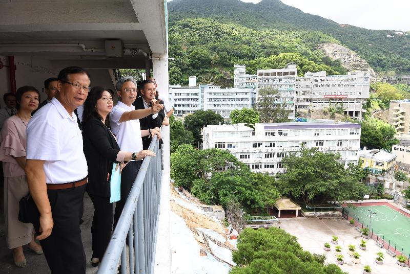 公務員事務局局長羅智光(右二)今日(七月二十四日)到訪東區,了解區內最新情況和需要。