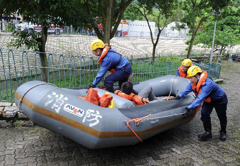 離島民政事務處今日(七月二十四日)在大澳舉行跨部門水浸模擬救援及疏散演練。圖示消防員在演練中拯救被困居民。