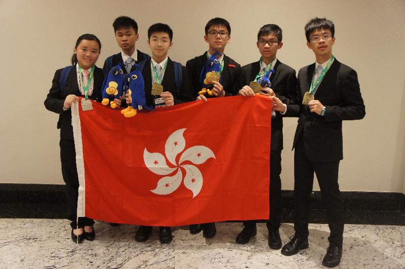 香港隊其中六名代表七月二十二日於巴西里約熱內盧國際數學奧林匹克比賽場地合照。(左起)郭敏怡、梁睿軒、謝卓軒、李信明、葉正夫、于鎧瑋。