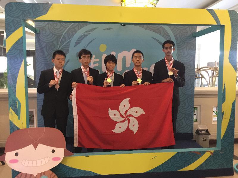香港隊其中五名代表七月二十三日於印尼日惹國際物理奧林匹克比賽場地合照。(左起)鄒駿宏、黎嘉正、李泱泓、李承恩、Rahul Arya。