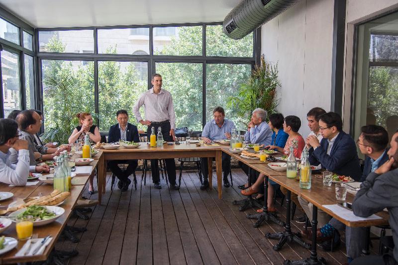 立法會工商事務委員會訪問團昨日(以色列時間七月二十三日)出席了以色列外交部亞洲太平洋局主管Hagai Shagrir(中)安排的歡迎午宴。