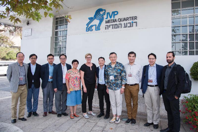 立法會工商事務委員會訪問團成員昨日(以色列時間七月二十三日)到訪以色列風險投資基金,並與該機構代表合照。