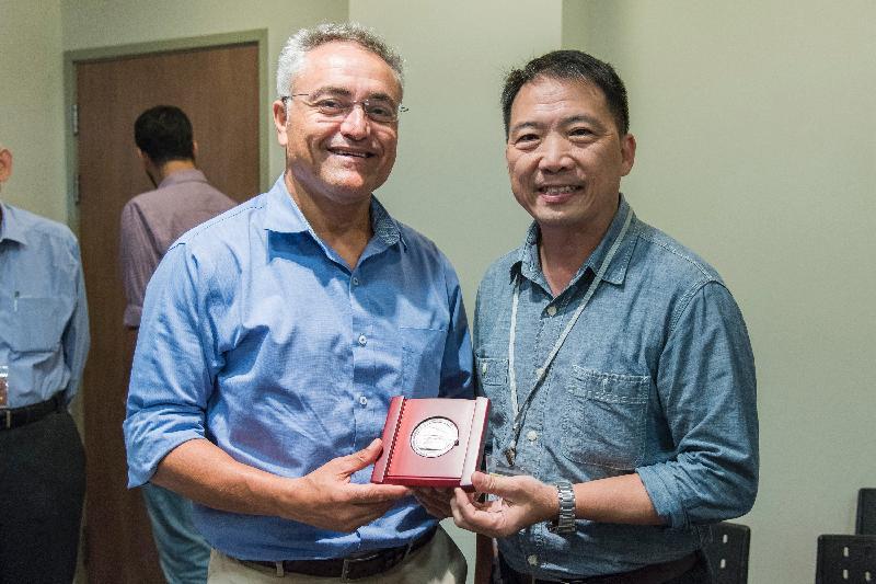 立法會工商事務委員會訪問團團長胡志偉(右)今日(以色列時間七月二十四日)向創新局國際合作部高級總監Avi Luvton致送紀念品。