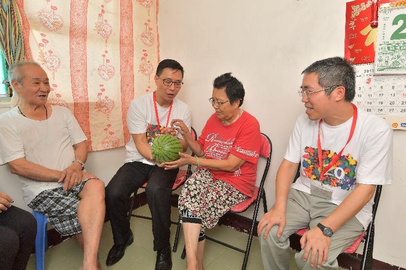 教育局局長楊潤雄(左二)今日(七月二十五日)向雙老家庭送贈時令水果,並了解他們的日常生活和需要。