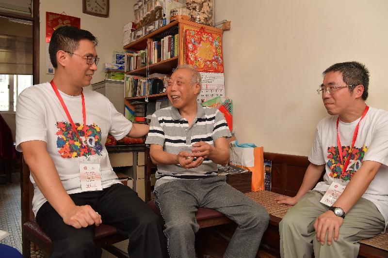 教育局局長楊潤雄(左一)今日(七月二十五日)探訪油尖旺區長者家庭,與他們閒話家常。他期望透過家訪活動,將香港社會的愛心和關懷帶給有需要的市民。