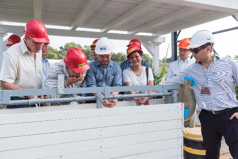 立法會工商事務委員會訪問團成員昨日(以色列時間七月二十四日)參觀索萊克海水化淡廠期間,試飲淡化海水。