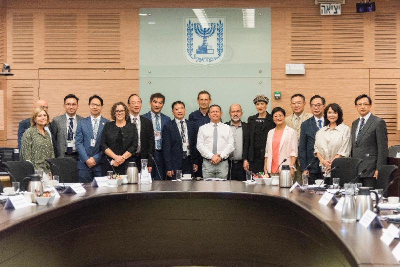 立法會工商事務委員會訪問團今日(以色列時間七月二十五日)到訪以色列國會,並與經濟事務委員會委員合照。