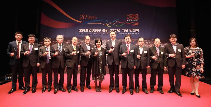 香港駐東京經濟貿易首席代表翁佩雯(中)今日(七月二十五日)在首爾舉行的慶祝香港特別行政區成立二十周年晚宴上,與其他嘉賓主持祝酒儀式。