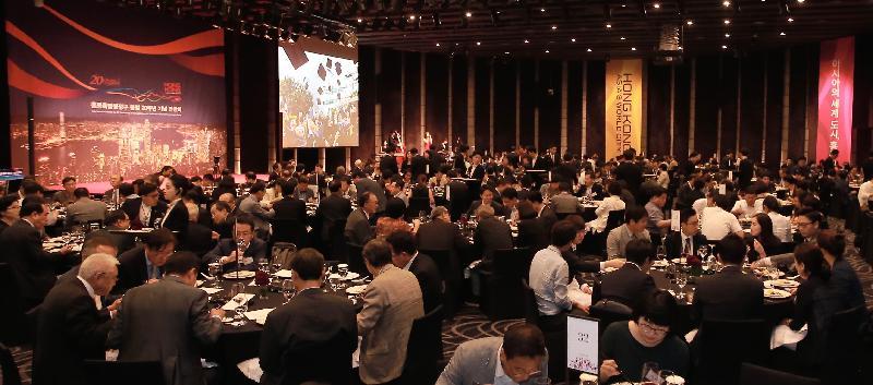 約370位嘉賓出席今日(七月二十五日)在首爾舉行的慶祝香港特別行政區成立二十周年晚宴。