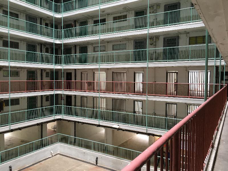 附圖一:申訴專員劉燕卿今日(七月二十六日)宣布,就房屋署把公共屋邨閒置空間用作儲物室的安排展開主動調查。申訴專員公署發現在某屋邨大廈的低層有整列相連的閒置空間。