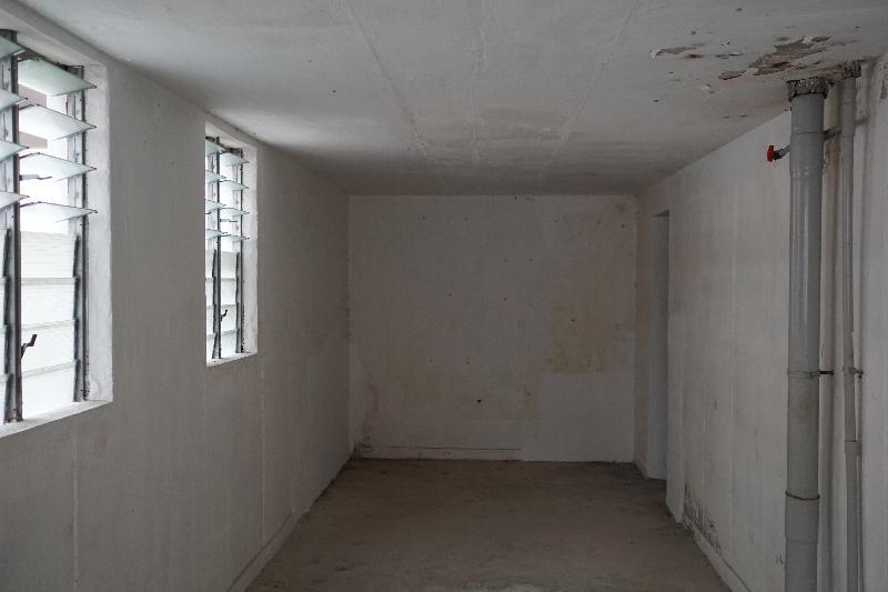 附圖二:申訴專員劉燕卿今日(七月二十六日)宣布,就房屋署把公共屋邨閒置空間用作儲物室的安排展開主動調查。申訴專員公署曾派員實地視察,發現一屋邨大廈內有空置儲物室的室內環境與一般出租住宅單位差異不大。