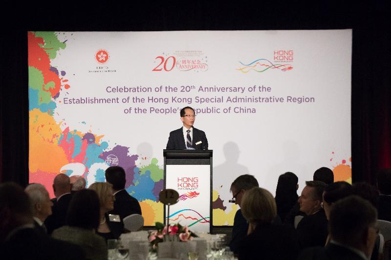 香港特區政府駐悉尼經濟貿易辦事處(經貿處)昨晚(七月二十五日)在澳洲悉尼舉行晚宴,慶祝香港特區成立二十周年。圖示經貿處處長區松柏在晚宴上致辭。
