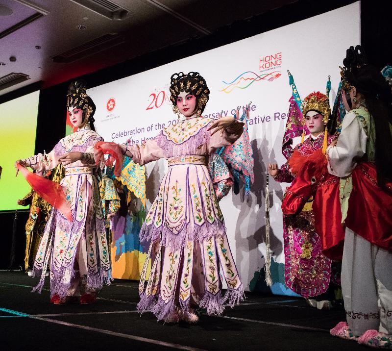 香港特区政府驻悉尼经济贸易办事处昨日(七月二十五日)在澳洲悉尼举行晚宴,庆祝香港特区成立二十周年。图示才华洋溢的香港青少年于晚宴上表演粤剧。