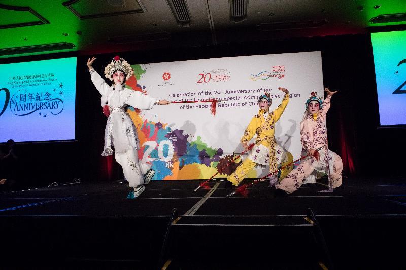香港特區政府駐悉尼經濟貿易辦事處昨日(七月二十五日)在悉尼舉行晚宴,慶祝香港特區成立二十周年。圖示才華洋溢的香港青少年於晚宴上表演粵劇。