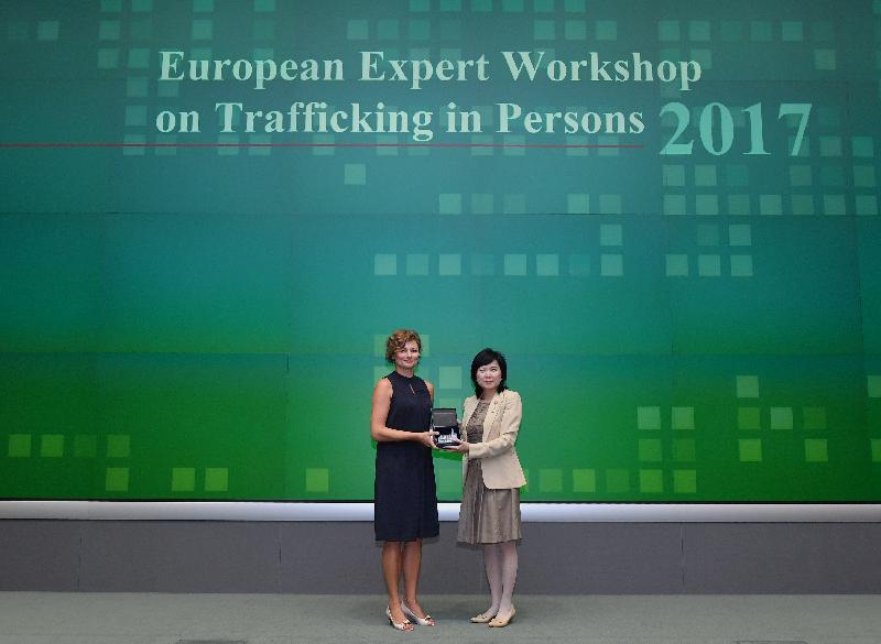 保安局常任秘書長黎陳芷娟(右)今日(七月二十六日)在「歐洲販運人口專家工作坊2017」上致送紀念品予署理歐洲聯盟駐港澳辦事處主任Jolita Pons博士(左)。