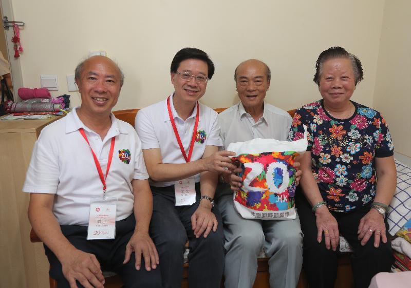 保安局局長李家超(左二)今日(七月二十六日)在沙田區議會主席何厚祥(左一)陪同下,在馬鞍山欣安邨探訪一個長者家庭,了解他們的日常生活。
