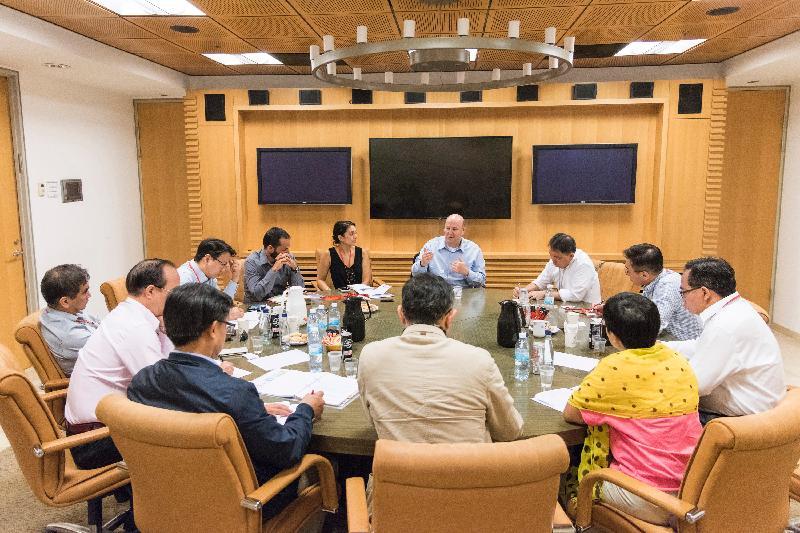 立法會工商事務委員會訪問團成員今日(以色列時間七月二十六日)與以色列經濟與工業部對外貿易管理處貿易專員Ohad Cohen(中)會面,就不同工業和貿易的推廣交換意見。