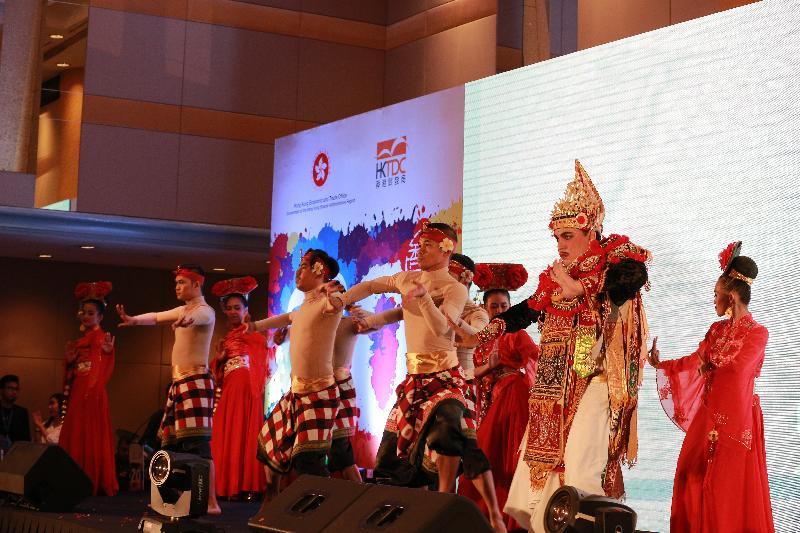香港駐雅加達經濟貿易辦事處及香港貿易發展局昨日(雅加達時間七月二十六日)於印尼雅加達合辦慶祝香港特別行政區成立二十周年晚宴。歌舞表演為晚宴增添歡樂氣氛。