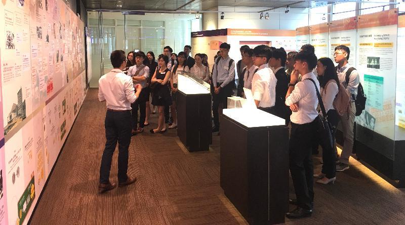 參與金融科技人才培育計劃的學生今日(七月二十七日)參觀香港金融管理局(金管局)資訊中心,了解香港金融市場近年的重要發展和金管局的工作。