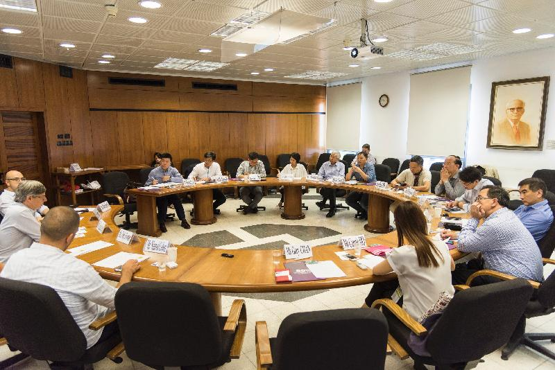 Members of the delegation of the Legislative Council Panel on Commerce and Industry today (July 27, Israel time) discuss with the Vice President of the Tel Aviv University, Professor Raanan Rein (second left), and several representatives of the institutions affiliated with the University on a number of issues of common interest concerning the University's development.