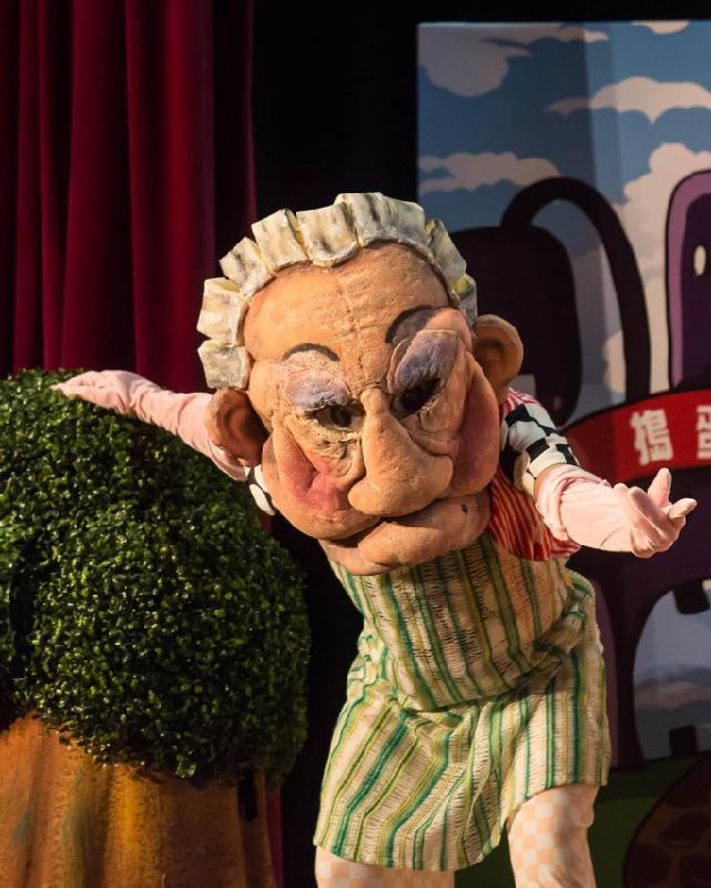 由康樂及文化事務署舉辦的兒童舞蹈劇場《趣怪婆婆大戰搗蛋奇兵》八月上演,透過歌曲、舞蹈、故事和互動環節,讓小朋友體驗舞台樂趣。