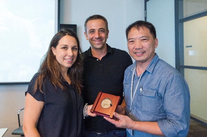 立法會工商事務委員會訪問團團長胡志偉昨日(以色列時間七月二十七日)在以色列向私募基金集團Viola合夥人Natalie Refuah(左)和Zvika Orron(中)致送紀念品。
