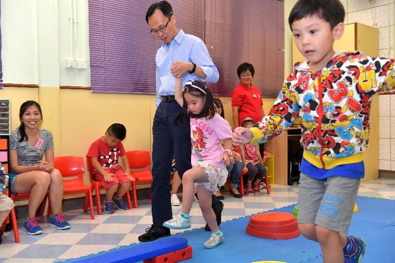 政制及內地事務局局長聶德權(左三)今日(七月二十八日)到訪仁濟醫院圓玄學院早期教育及訓練中心,並協助兒童進行復康訓練。