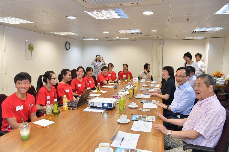 政制及內地事務局局長聶德權(右二)今日(七月二十八日)與荃灣區青年服務團的青少年見面,就各項社會和青年議題分享意見。