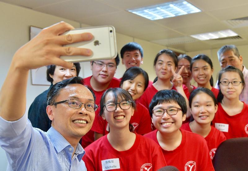 政制及內地事務局局長聶德權今日(七月二十八日)與荃灣區青年服務團的青少年自拍。