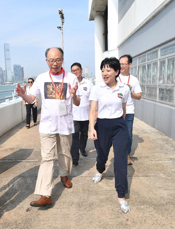 運輸及房屋局局長陳帆(左)今日(七月二十八日)到訪中西區,聽取有關中西區社區重點項目計劃及海濱相關發展的介紹。