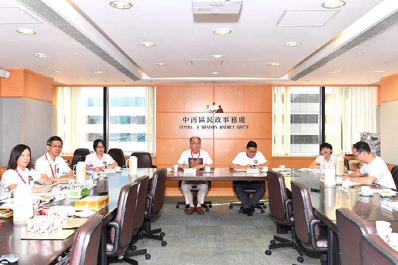 运输及房屋局局长陈帆(左四)今日(七月二十八日)到访中西区,与中西区区议员会面。