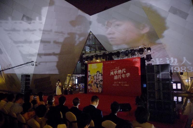「風華絕代 港片年華」第六屆香港主題電影展今晚(七月三十一日)在北京當代MOMA百老匯電影中心水上舞台舉行,各界嘉賓齊聚一堂,共賀一年一度的電影盛事。