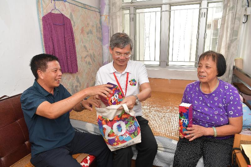 劳工及福利局局长罗致光博士(中)今日(七月三十一日)下午到元朗区参与「共庆回归显关怀」计划的家访活动,探访长者,并致送礼物包。