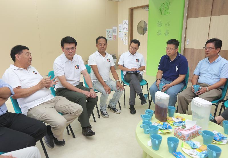 商务及经济发展局局长邱腾华(左二)今日(八月一日)到访北区,期间与北区区议员茶敍,听取他们对地区事宜的意见。
