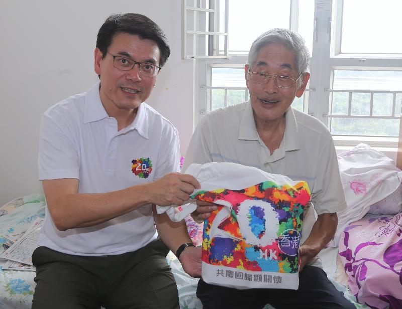 商务及经济发展局局长邱腾华(左)今日(八月一日)到访北区,探访一位居于上水祥龙围邨的长者,了解他的需要和日常生活情况,并向他派发礼物包。