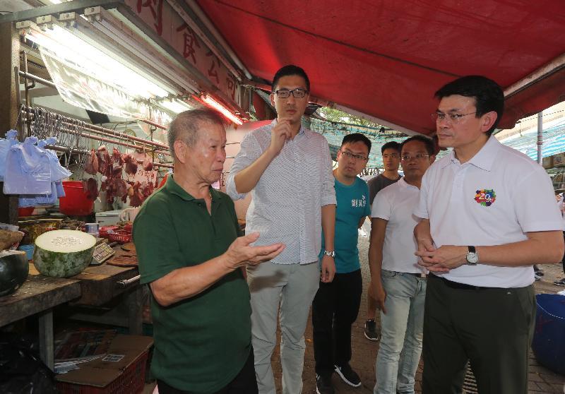 商务及经济发展局局长邱腾华(右一)今日(八月一日)到访北区,前往上水石湖墟视察,并与一些商户店主倾谈,了解他们的经营环境。