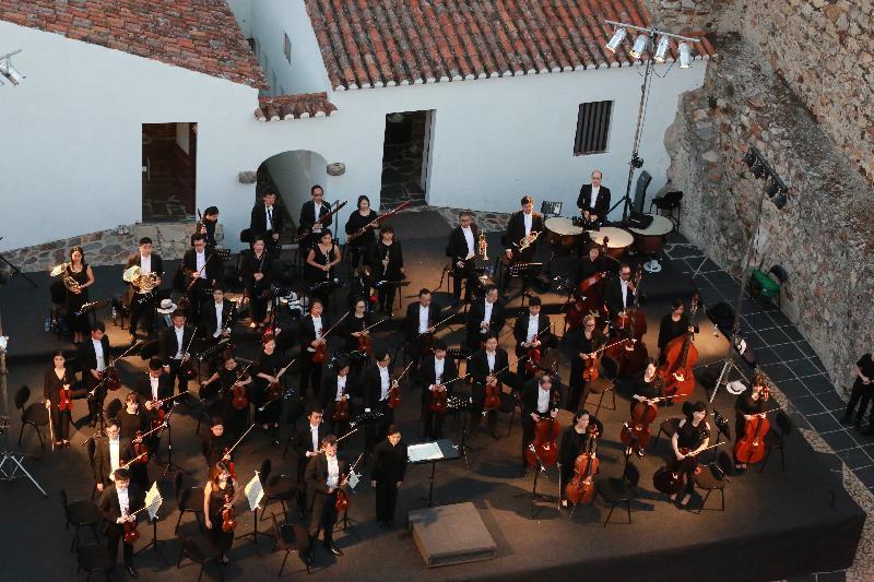 香港驻布鲁塞尔经济贸易办事处支持三队香港管弦乐团在欧洲举行音乐会庆祝香港特区成立二十周年。图示香港小交响乐团七月二十三日(马尔旺时间)在葡萄牙马尔旺城堡演出。