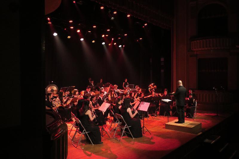 香港驻布鲁塞尔经济贸易办事处支持三队香港管弦乐团在欧洲举行音乐会庆祝香港特区成立二十周年。图示香港节日管乐团七月二十七日(巴塞隆拿时间)在西班牙巴塞隆拿举行音乐会。