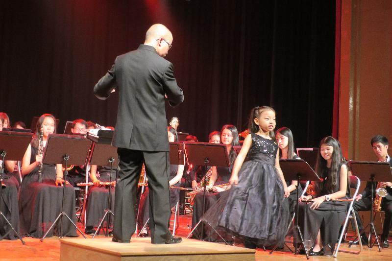 香港驻布鲁塞尔经济贸易办事处支持三队香港管弦乐团在欧洲举行音乐会庆祝香港特区成立二十周年。图示香港节日管乐团最年轻团员七月二十七日(巴塞隆拿时间)在西班牙巴塞隆拿举行的音乐会中独唱。