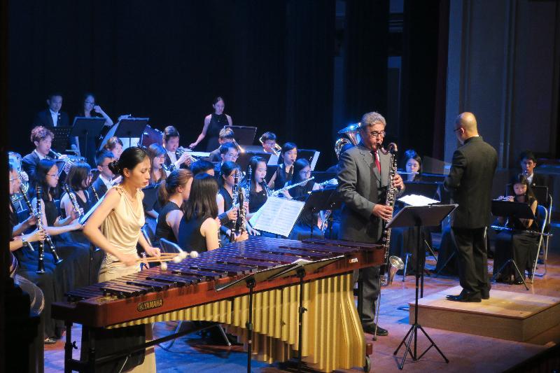 香港驻布鲁塞尔经济贸易办事处支持三队香港管弦乐团在欧洲举行音乐会庆祝香港特区成立二十周年。图示由西班牙低音单簧管演奏家Dani Bellovi和香港敲击乐演奏家叶安盈组成的安特卫普二重奏与香港节日管乐团于七月二十七日(巴塞隆拿时间)在西班牙巴塞隆拿联手演出。