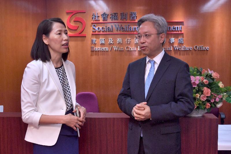 公務員事務局局長羅智光(右)今日(八月二日)到訪社會福利署,與社會福利署署長葉文娟(左)會面,了解部門的工作。
