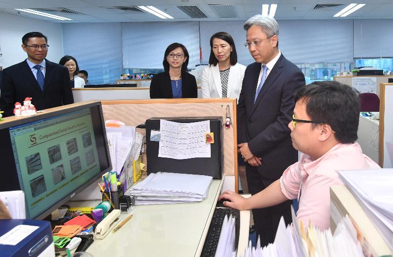 公務員事務局局長羅智光(右二)今日(八月二日)到訪社會福利署,與銅鑼灣社會保障辦事處同事交談,了解他們的工作。