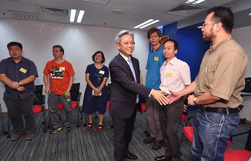 公務員事務局局長羅智光(右四)今日(八月二日)到訪社會福利署,與部門協商委員會及工會的代表見面,了解他們所關注的事宜。