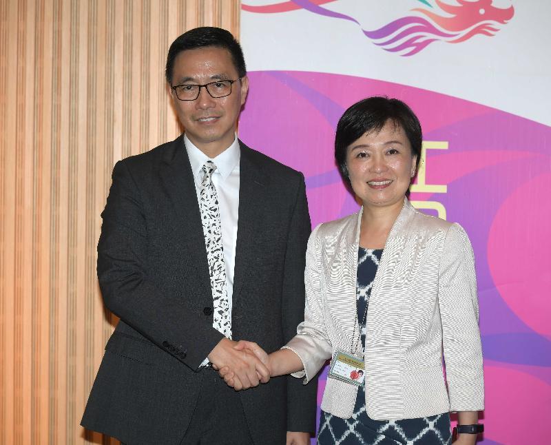 教育局局長楊潤雄(左)和教育局副局長蔡若蓮(右)今日(八月二日)在政府總部西翼大堂會見傳媒前合照。