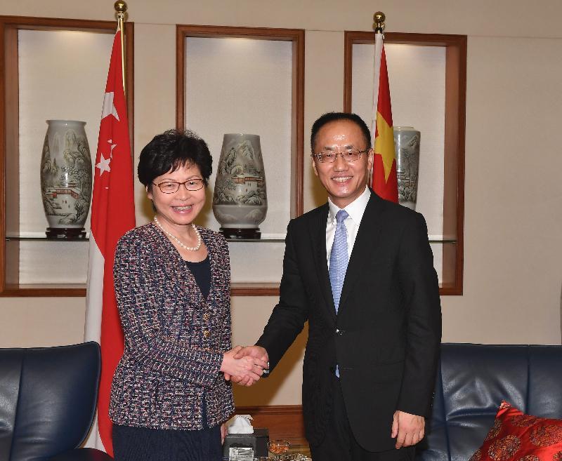 行政長官林鄭月娥今日(八月二日)展開訪問新加坡行程。圖示林鄭月娥(左)拜會中國駐新加坡大使陳曉東(右)。
